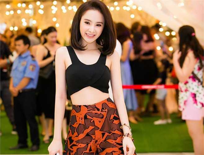 Ở tuổi đôi mươi, Angela Phương Trinh sở hữu nhan sắc rực rỡ nhất nhì showbiz Việt.