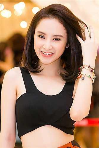 Gương mặt và nụ cười sáng khiến Angela Phương Trinh luôn rạng rỡ.