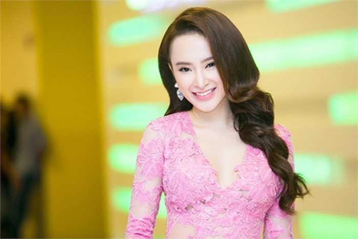 Thời trang ấn tượng của Angela Phương Trinh giúp cô nàng khoe được vẻ căng tràn sức sống.