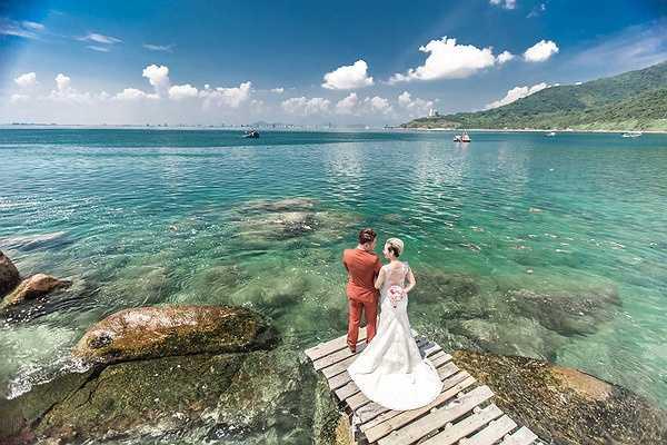 Vợ chồng ca sĩ Vũ Duy Khánh - DJ Tiên Moon đã quyết định lựa chọn Đà Nẵng - quê hương của cô dâu làm địa điểm chụp ảnh cưới.