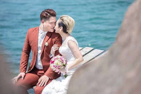 Cách đây ít ngày, Vũ Duy Khánh khiến nhiều người bất ngờ khi tung ra bộ ảnh cưới hoán đổi giới tính khá thú vị và hài hước.