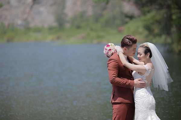 Nhưng vì là bộ ảnh chụp ngẫu hứng nên cặp đôi chọn bối cảnh cũng khá đơn giản, còn bộ ảnh cưới chính thức được thực hiện tại bờ biển Đà Nẵng xinh đẹp và thơ mộng.