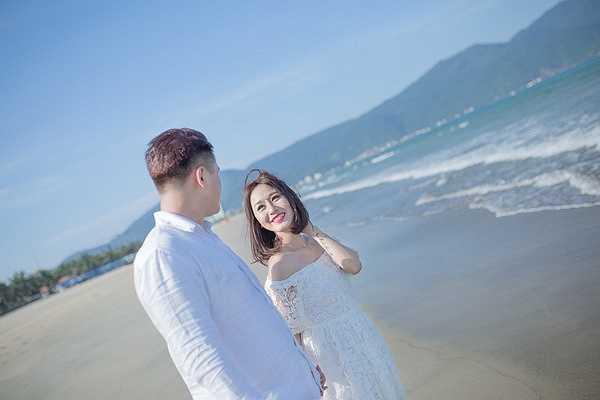 Hơn nữa, cô dâu lại đang mang bầu ở tháng thứ 4 nên việc đi lại hay chụp ảnh cũng được thực hiện rất cẩn thận và nhẹ nhàng, thi thoảng ekip lại dừng chụp để cho cô dâu nghỉ ngơi.