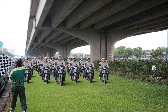 Khi bãi cỏ trở thành trường đua xe máy. (Ảnh: Đào Hoàng Anh)