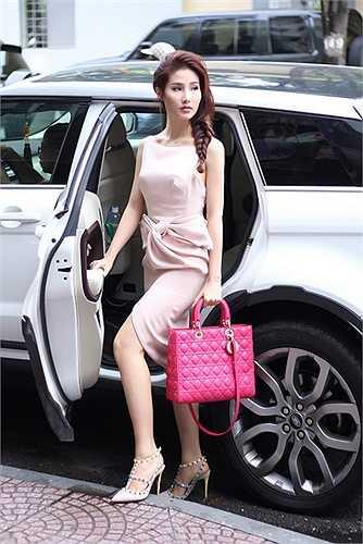 Diễm My 9X được tài xế chở đến showroom của NTK Lâm Gia Khang để lựa chọn trang phục cho sự kiện Elle Show sẽ được diễn ra vào ngày 10/10 tới.