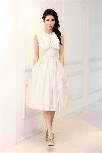 Nữ diễn viên lựa chọn 2 mẫu váy để thử, cô cũng đang phân vân lựa chọn phong cách nào để tham dự Elle Show 2015.