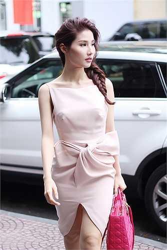 Người đẹp sinh năm 1990 diện bộ cánh ôm sát của nhà mốt Lâm Gia Khang mix cùng túi xách Dior có giá hơn 100 triệu và giầy Valentino có giá hơn 20 triệu đồng.
