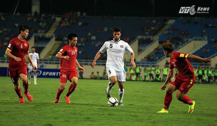 Nền tảng thể lực tốt giúp các cầu thủ Việt Nam phong tỏa được đối phương. (Ảnh: Phạm Thành)