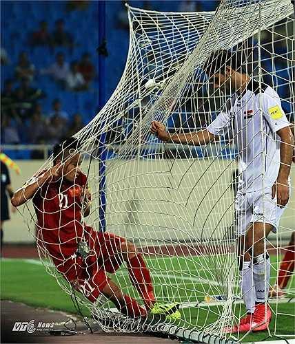 Cầu thủ Iraq tức giận đá tung lưới khung thành khi cơ hội bị bỏ lỡ. (Ảnh: Phạm Thành)