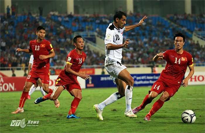 Đội trưởng Mahmoud và nhiều cầu thủ Iraq không giữ được bình tĩnh và xảy ra tranh cãi khá nặng nề trên sân.(Ảnh: Phạm Thành)