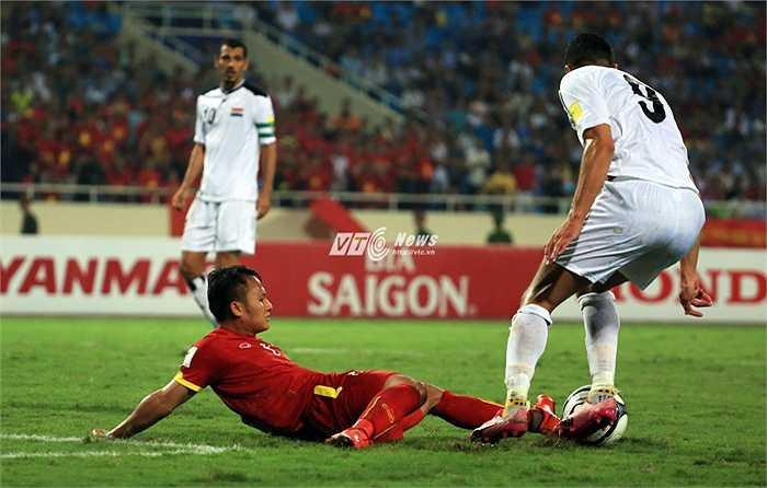 Ở thế phòng ngự, các tiền vệ và hậu vệ Việt Nam đá quả cảm, quyết liệt. (Ảnh: Phạm Thành)
