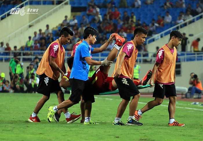 Do cố gắng, một số cầu thủ Việt Nam bị chuột rút sâu.(Ảnh: Phạm Thành)