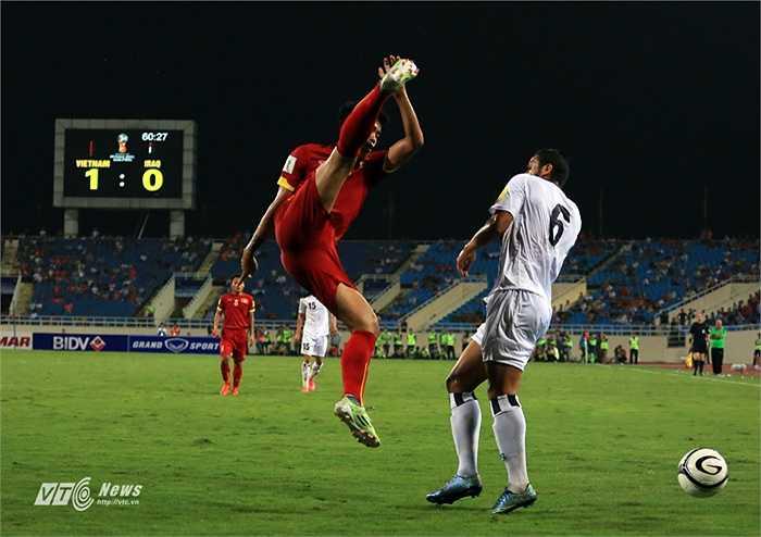 Đội tuyển Việt Nam nỗ lực giữ chiến thắng. 3 điểm ở Mỹ Đình sẽ giúp tuyển Việt Nam vươn lên ngôi nhị bảng, tạo điểm tựa tinh thần rất tốt trước trận đấu gặp Thái Lan vào tuần tới.(Ảnh: Phạm Thành)