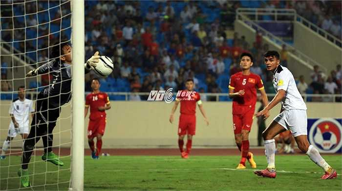 Nguyên Mạnh là cầu thủ chơi hay nhất bên phía tuyển Việt Nam. Cú cứu bóng này của Nguyên Mạnh xứng đáng được xếp ở tầm thế giới.(Ảnh: Phạm Thành)