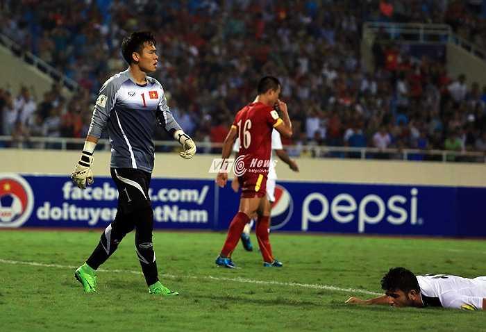 Cầu thủ Iraq hoàn toàn bị Nguyên Mạnh khuất phục.(Ảnh: Phạm Thành)