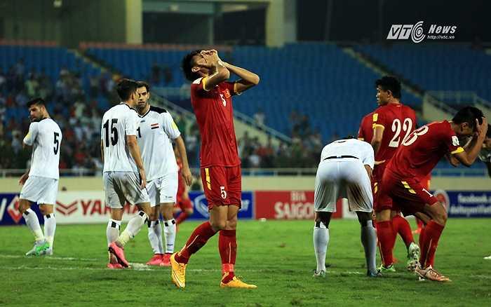 Tiến Duy phá bóng trúng tay Thanh Hiền. Trọng tài đứng ngay gần đó và cho Iraq hưởng phạt đền.(Ảnh: Phạm Thành)