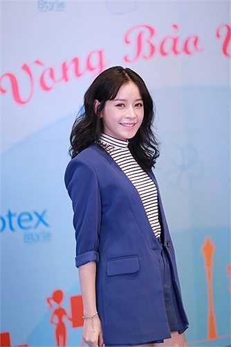 Nhà văn Phan Ý Yên lại khuyên các bạn gái nên làm đẹp cho mình, chỉn chu khi bước ra khỏi nhà thành thói quen hàng ngày để không phải lo sốt vó xem hôm nay mặc gì.