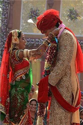 Gương mặt cô dâu trẻ rạng rỡ, ánh lên niềm hạnh phúc.