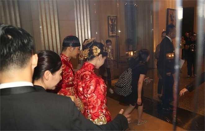 Cô dâu chú rể mặc lễ phục của Trung Quốc. Trong suốt quá trình di chuyển, Huỳnh Hiểu Minh luôn quan tâm và thể hiện sự chu đáo với vợ.