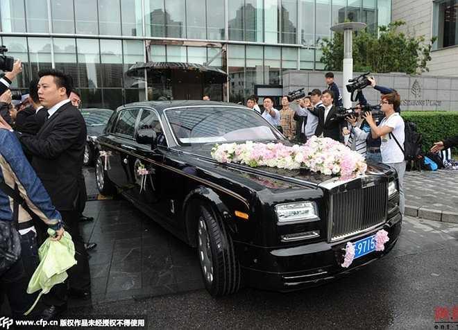 Xe cưới của cặp đôi là một chiếc Roll-Royce đen.