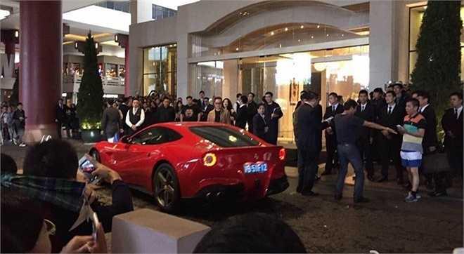 Rất đông phóng viên và người hâm mộ ở bên ngoài khách sạn.