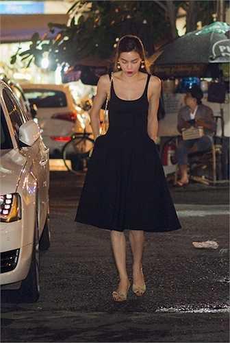 Chỉ những trang phục dài quá đầu gối mới giúp cô che bớt những khuyết điểm này. Nhưng trong một lần xuất hiện gần đây, cô vẫn lộ bắp chân gầy gò.