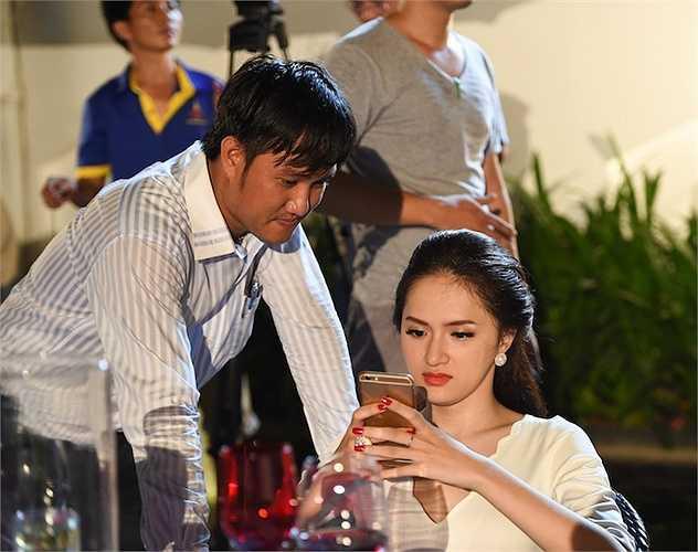 Kết thúc cảnh quay đạo diễn bảo 'Cắt' nhưng cả hai vẫn nhắm mắt phiêu theo nhạc, đến khi đạo diễn bảo 'cắt' lần hai thì Trung Quân và Hương Giang mới bừng tỉnh.