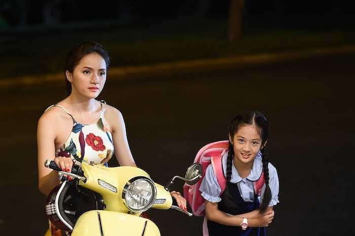 Ban đầu Hương Giang đã từ chối ngay vì lịch diễn khá dày đặc. Tuy nhiên, Việt Trinh chỉ dùng một câu nói đã thuyết phục được nữ ca sỹ đi thử vai: 'Em nhìn rất giống chị thời trẻ, vì thế, chị rất muốn em nhận lời làm em gái chị'.