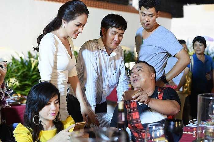 Chia sẻ về lý do mời Hương Giang, Việt Trinh cho biết cô cảm tình với nữ ca sỹ ngay từ lần đầu tiên nhìn thấy ở chương trình Vietnam Idol.