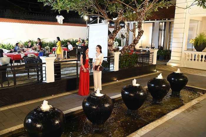 Hương Giang gợi nhớ cho Việt Trinh về một thời tuổi trẻ, vì thế cô đã quyết tâm phải mời cho được Hương Giang vào vai em gái mình.