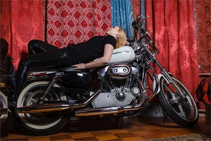 Theo Valeri Z, quả thực phụ nữ chụp ảnh với xe mô tô đẹp hơn là chụp với ô tô, vì trên những chiếc xe phân khối lớn, dù ở tư thế nào trông họ cũng thật gợi cảm. (Thái Anh)