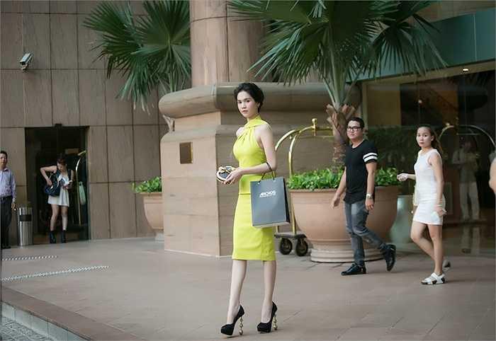 Sau buổi họp báo, cô nhanh chóng trở lại đoàn phim để tiếp tục công việc đóng phim Vòng eo 56. (Trung Ngạn)
