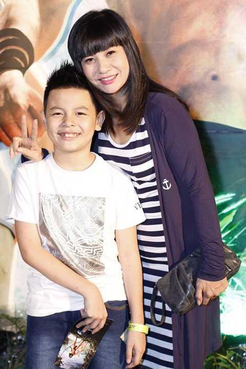 Cát Phượng hạnh phúc bên Cu Bom, cậu con trai của cô và Thái Hòa vừa tròn 9 tuổi. Nói về cuộc sống mới của hai mẹ con, Cát Phượng nói chị có niềm vui riêng và không buồn nhiều. Có người đàn ông để yêu thương, có công việc để sống có ý nghĩa hơn.