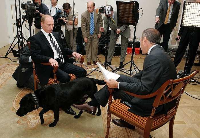 Koni từng ở bên cạnh ông Putin khi ông tiếp đón các quan chức và các nhà lãnh đạo thế giới