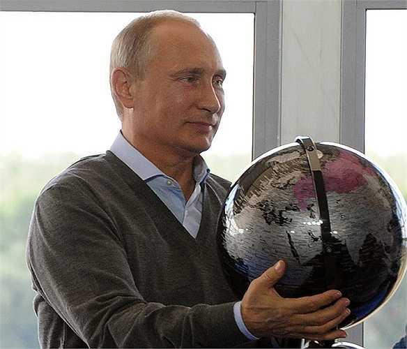 Quả địa cầu ông Putin nhận được trong cuộc gặp với những người tham gia diễn đàn giáo dục thanh niên hồi tháng 8/2014. Còn rất nhiều món quà độc đáo khác nữa mà Tổng thống Putin đã nhận được trong các dịp đặc biệt