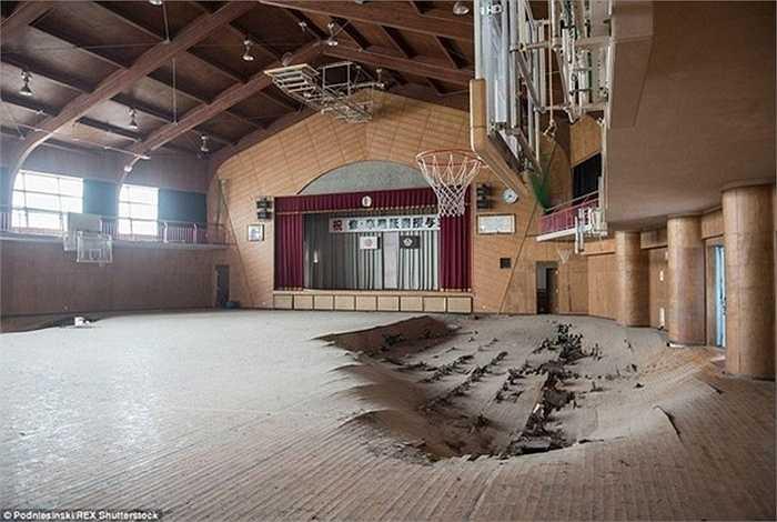 Sàn nhà phòng thể dục của một trường học bị sập khi xảy ra sự cố nhà máy điện hạt nhân Fukushima.