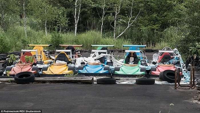 Những chiếc xe đua của một công viên nằm trong khu vực bị ảnh hưởng bởi thảm họa hạt nhân Fukushima.