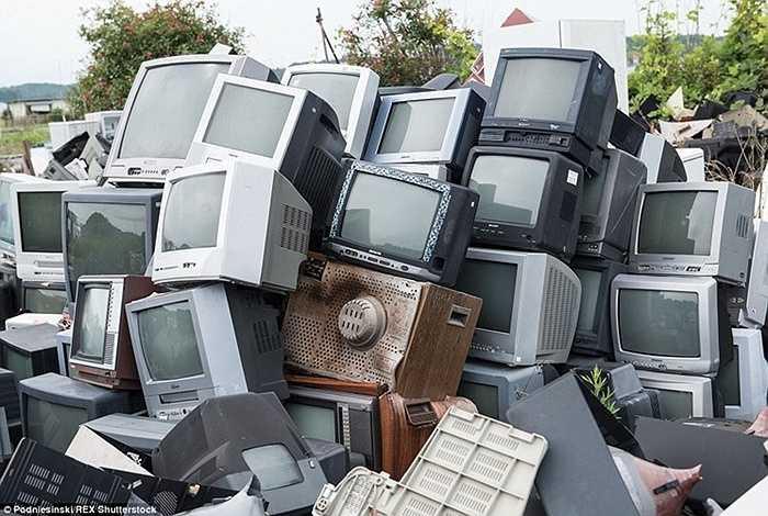 Nơi đây còn có cả những bãi phế thải công nghệ, với hàng ngàn chiếc tivi và thiết bị điện tử khác đang chờ được xử lý.