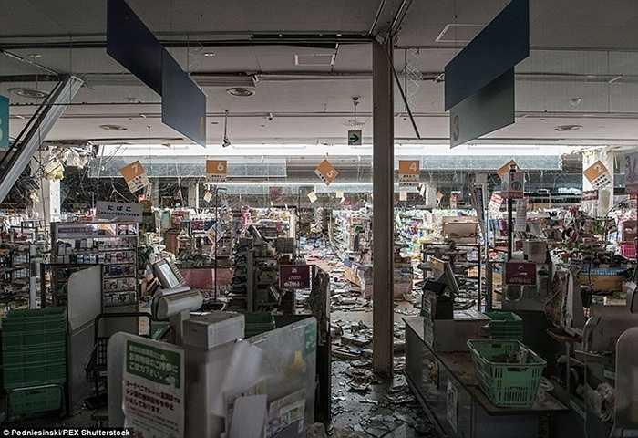 Một siêu thị bị bỏ hoang sau khi sập xệ thành một đống đổ nát bởi thảm họa Fukushima.