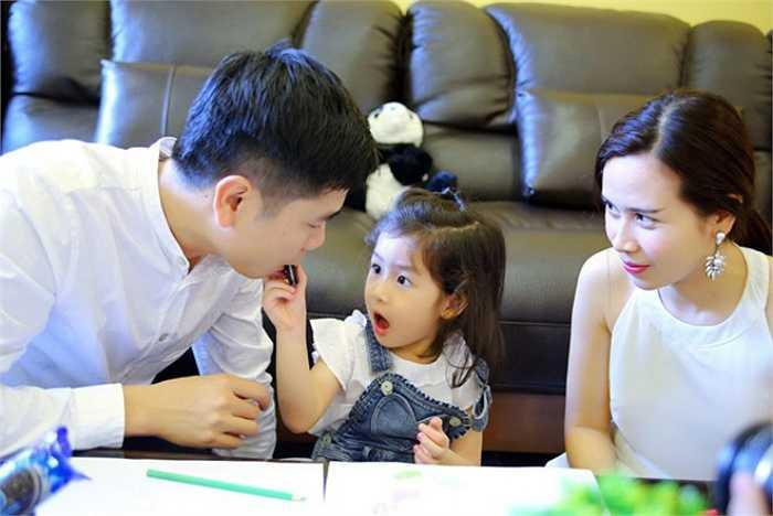 Cả cô công chúa nhỏ dễ thương cũng diện phong cách 'tông xuyệt tông' với bố mẹ.