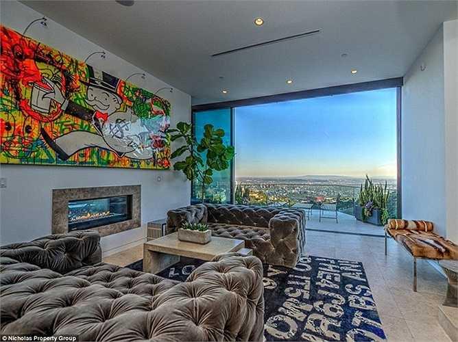 Ngôi nhà rộng gần 400 mét vuông trên đỉnh Hollywood có tầm nhìn như trên một tòa cao ốc.