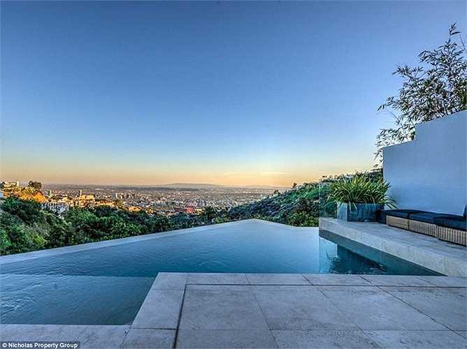 Phòng spa nhỏ và bể bơi vô cực được thiết kế hoàn hảo bPhòng spa nhỏ và bể bơi vô cực được thiết kế hoàn hảo bên cạnh quầy bar.