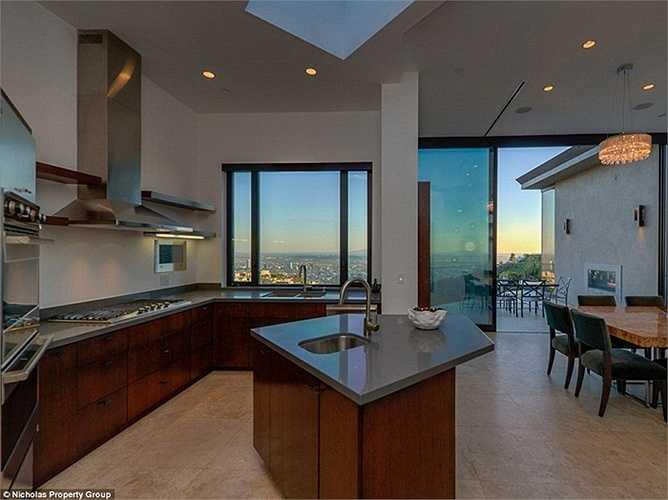 Không gian phòng bếp rộng rãi, đầy đủ tiện nghi.