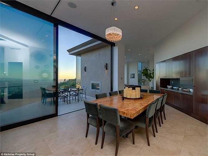 Phòng ăn sang trọng đặt trên tầng cao nhất dẫn ra sân thượng.
