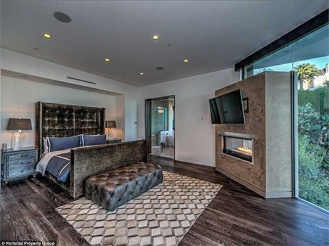 Ba phòng ngủ đều được thiết kế đồng bộ, lò sưởi trong suốt.