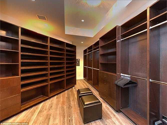 Tủ đồ có diện tích tương đương một phòng đơn như của bất kỳ một ngôi sao điện ảnh nào.