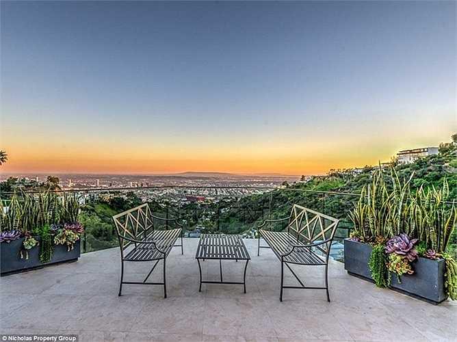 Lan can kính trong suốt giúp chủ nhân thoải mái thưởng ngoạn toàn cảnh thành phố Los Angeles và bầu trời Thái Bình Dương.