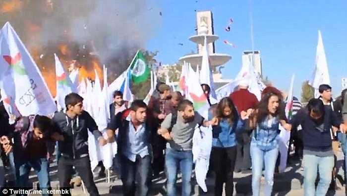 Những người biểu tình ôn hòa đang diễu hành thì bị đánh bom