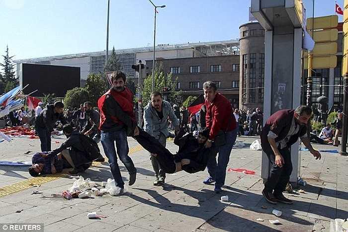 Hãng tin Anadolu của Thổ Nhĩ Kỳ cho biết các vụ nổ này do một kẻ đánh bom liều chết gây ra