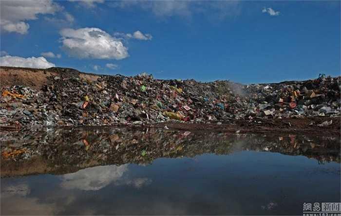 Một góc hồ biến thành bãi rác